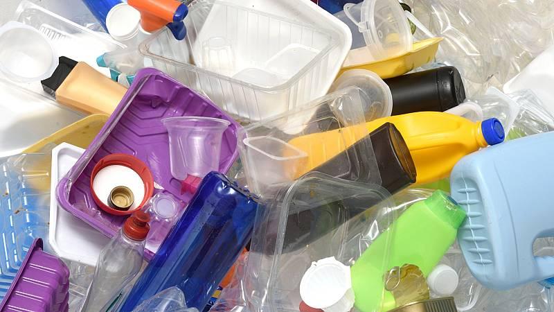 Ribera informa que el anteproyecto establecerá un impuesto indirecto a los envases de plástico no reutilizables