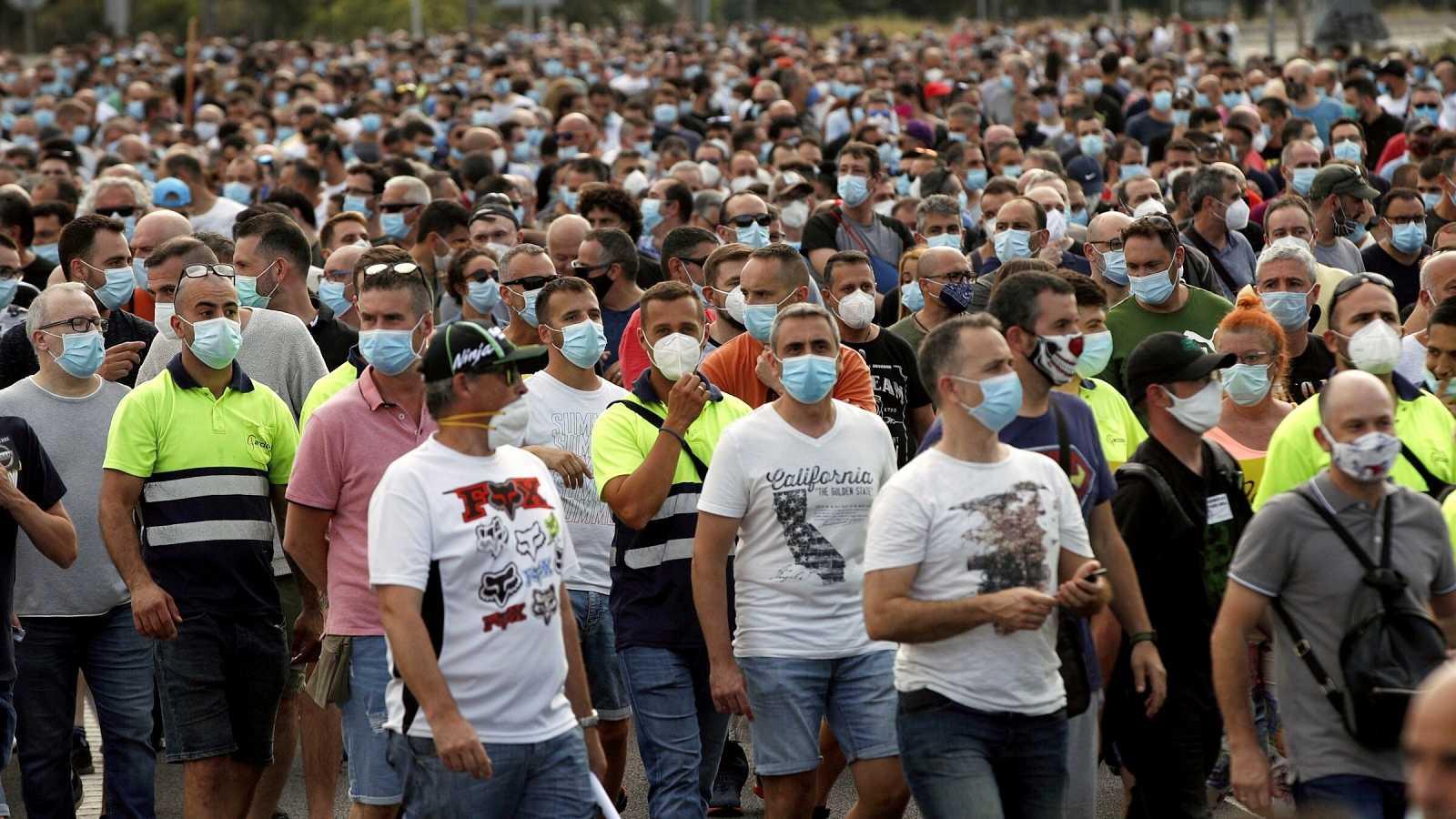Cientos de trabajadores de Nissan protestan contra el cierre de las plantas cortando un acceso a Barcelona