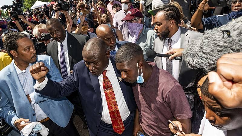 Imputan a tres oficiales más por la muerte de Floyd y elevan los cargos del principal acusado