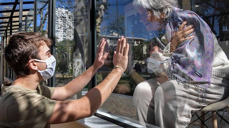 La vulnerabilidad de los abuelos y las dudas sobre la transmisión de los niños dificultan sus reencuentros
