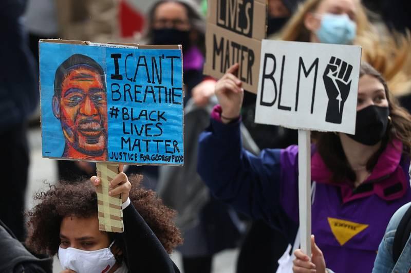 Amigos y familiares dan su último adiós a Floyd en el décimo día de protestas en Estados Unidos