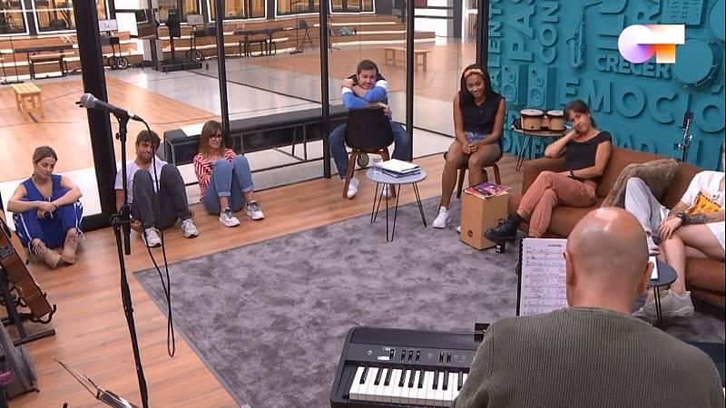 Capde, Ivan y Manu cantan tras el pase de micros en una especie de miniconcierto improvisado