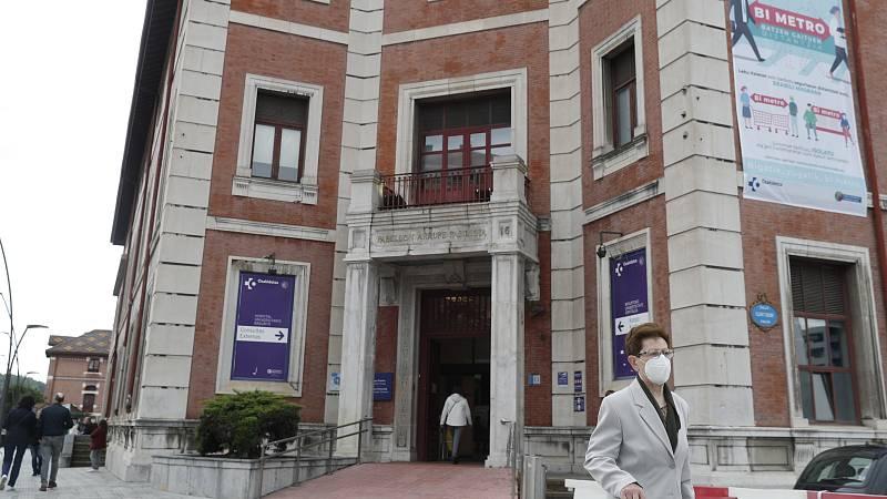 Un brote de coronavirus en el Hospital de Basurto ha registrado un fallecido con patologías previas y veinticinco positivos en el foco detectado en el hospital bilbaíno. En total, los contagiados son nueve profesionales, 12 pacientes -uno de ellos fa