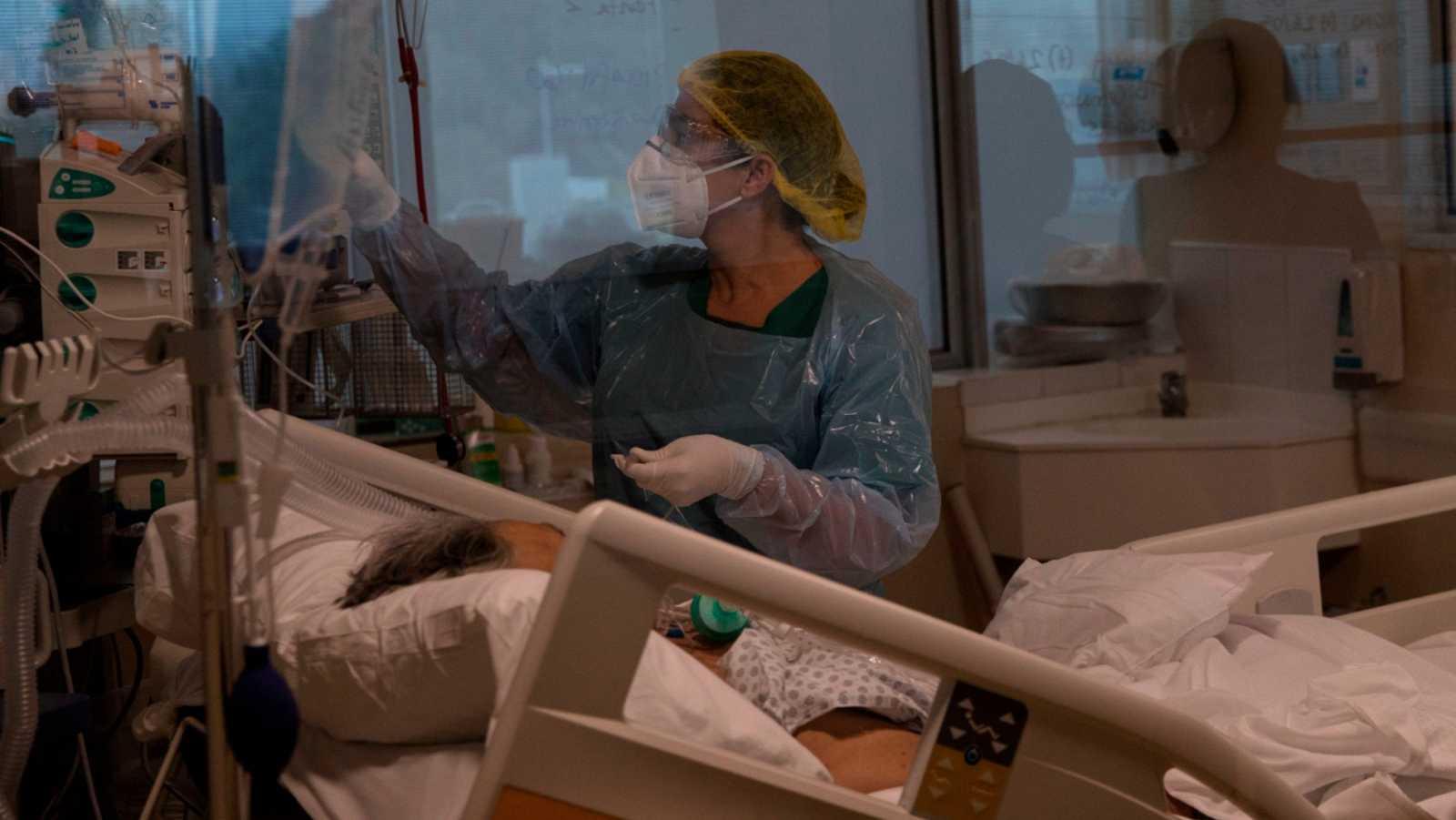 Telediario - Santiago de Chile abre un puente aéreo para trasladar a pacientes de coronavirus por la saturación de de las UCI - VER AHORA