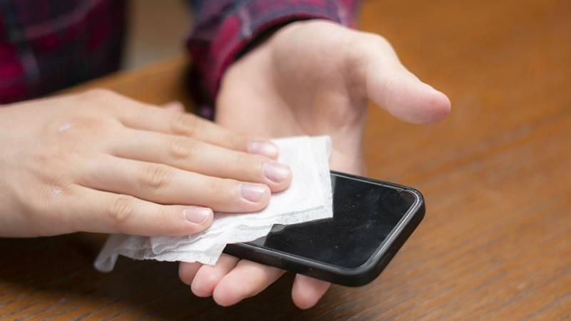 Los expertos insisten en la importancia de limpiar el móvil