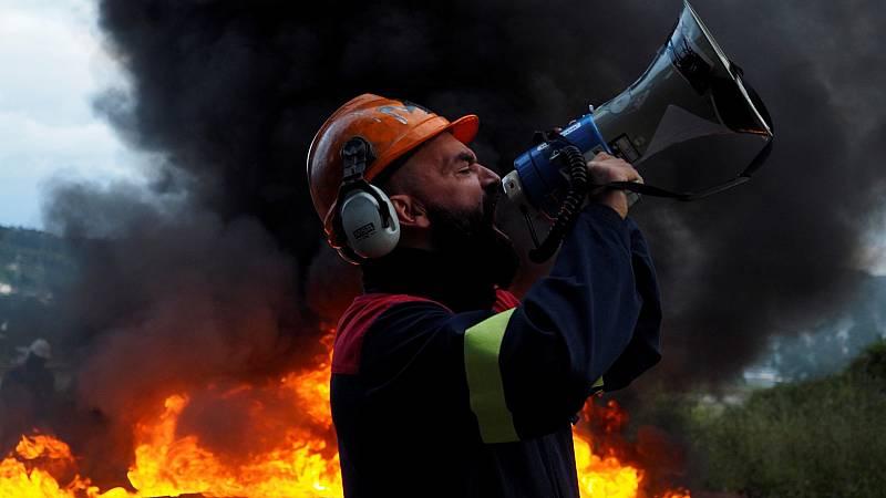 Trabajadores de Alcoa cortan la autovía Ferrol-Vilalba para exigir el paro de los 534 despidos anunciados