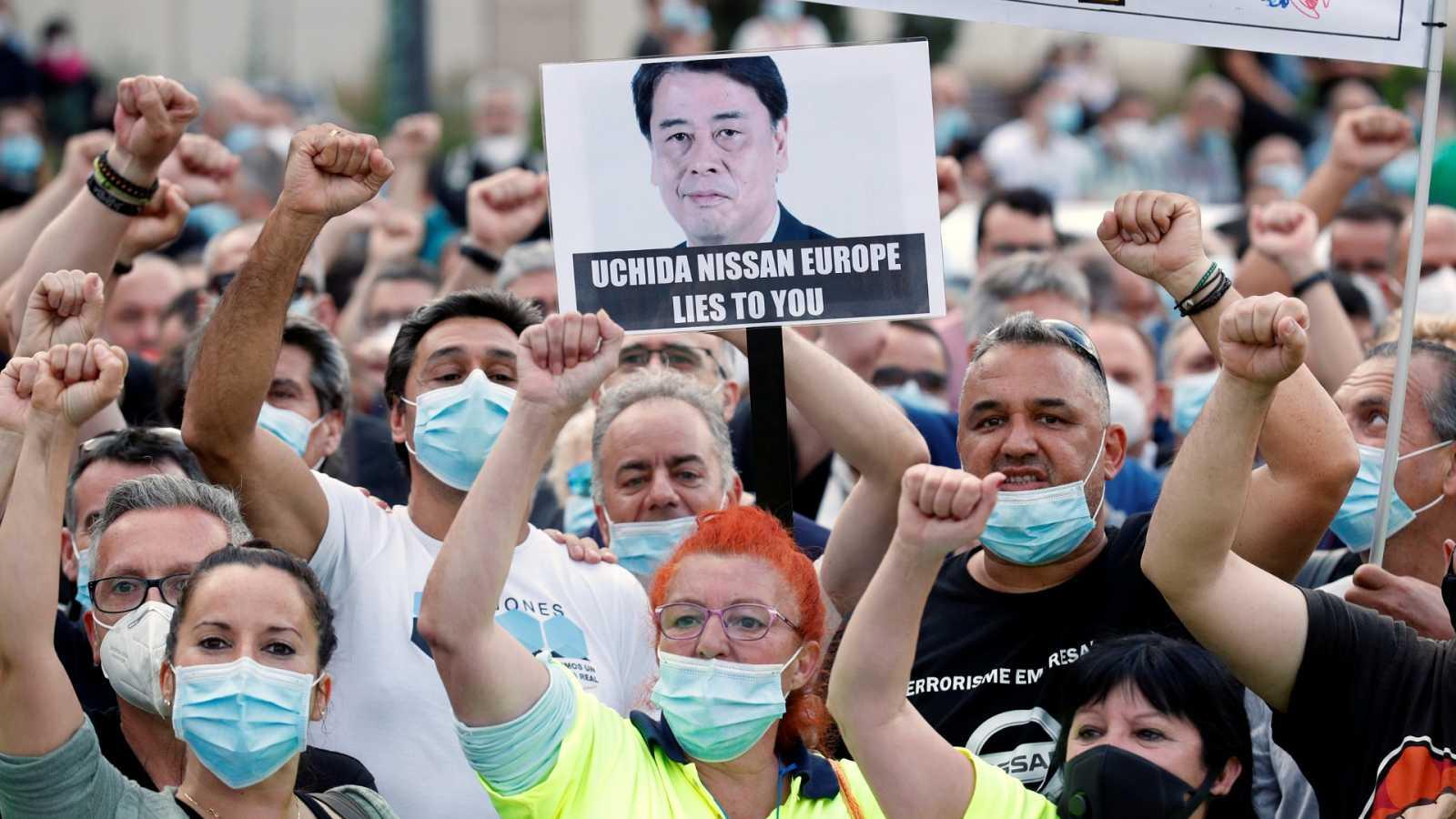 Cientos de proveedores de Nissan rodean la fábrica para protestar contra el cierre de las plantas en Cataluña