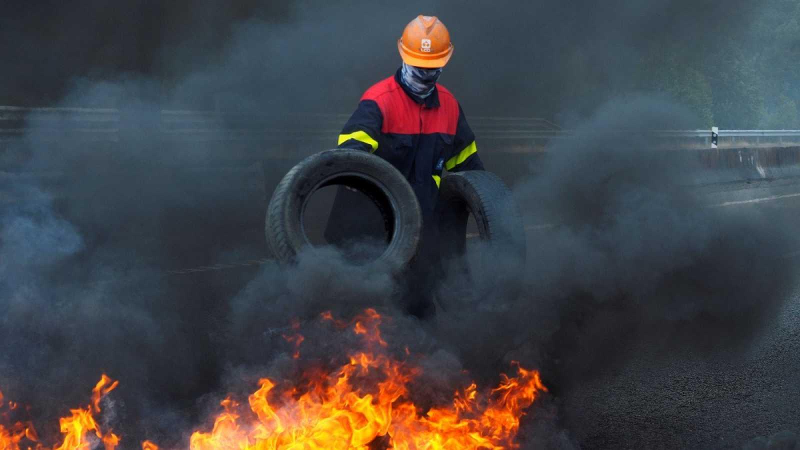 Los trabajadores de Alcoa cortan con barricadas la autovía Ferrol-Villalba en una nueva jornada de protestas