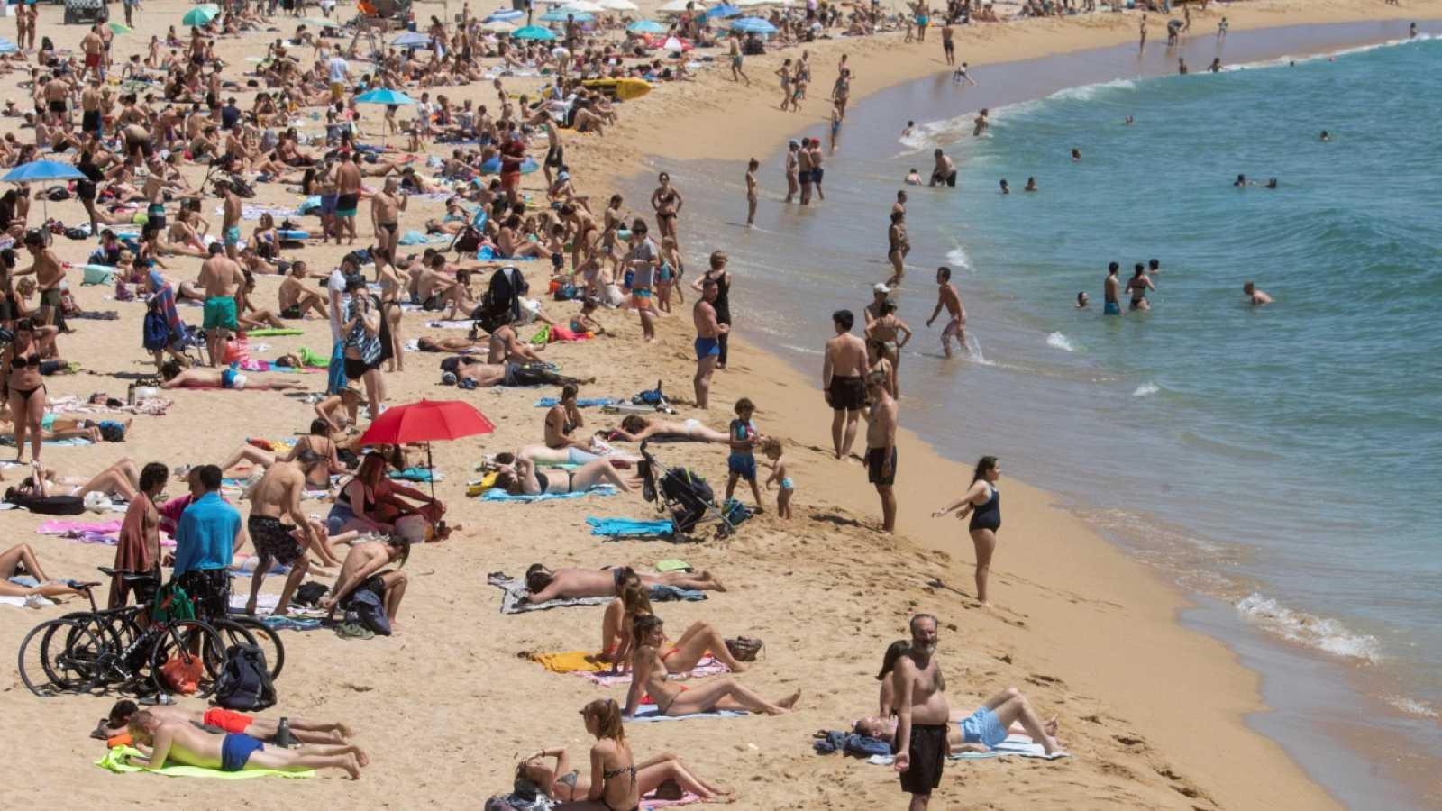 Barcelona cierra temporalmente el acceso a cuatro playas por exceso de aforo