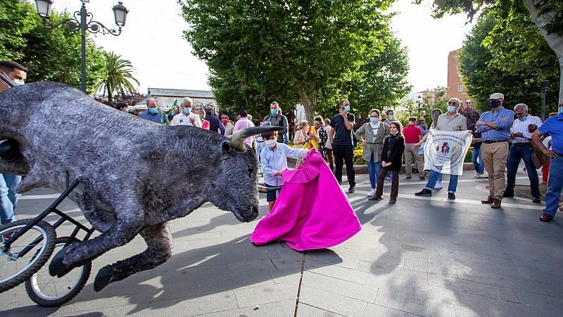 Cientos de personas participan en ciudades de toda España en los 'paseos taurinos' en defensa de la tauromaquia