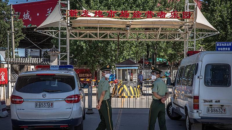 China informa de 57 nuevos casos tras el brote en el mercado de Pekín