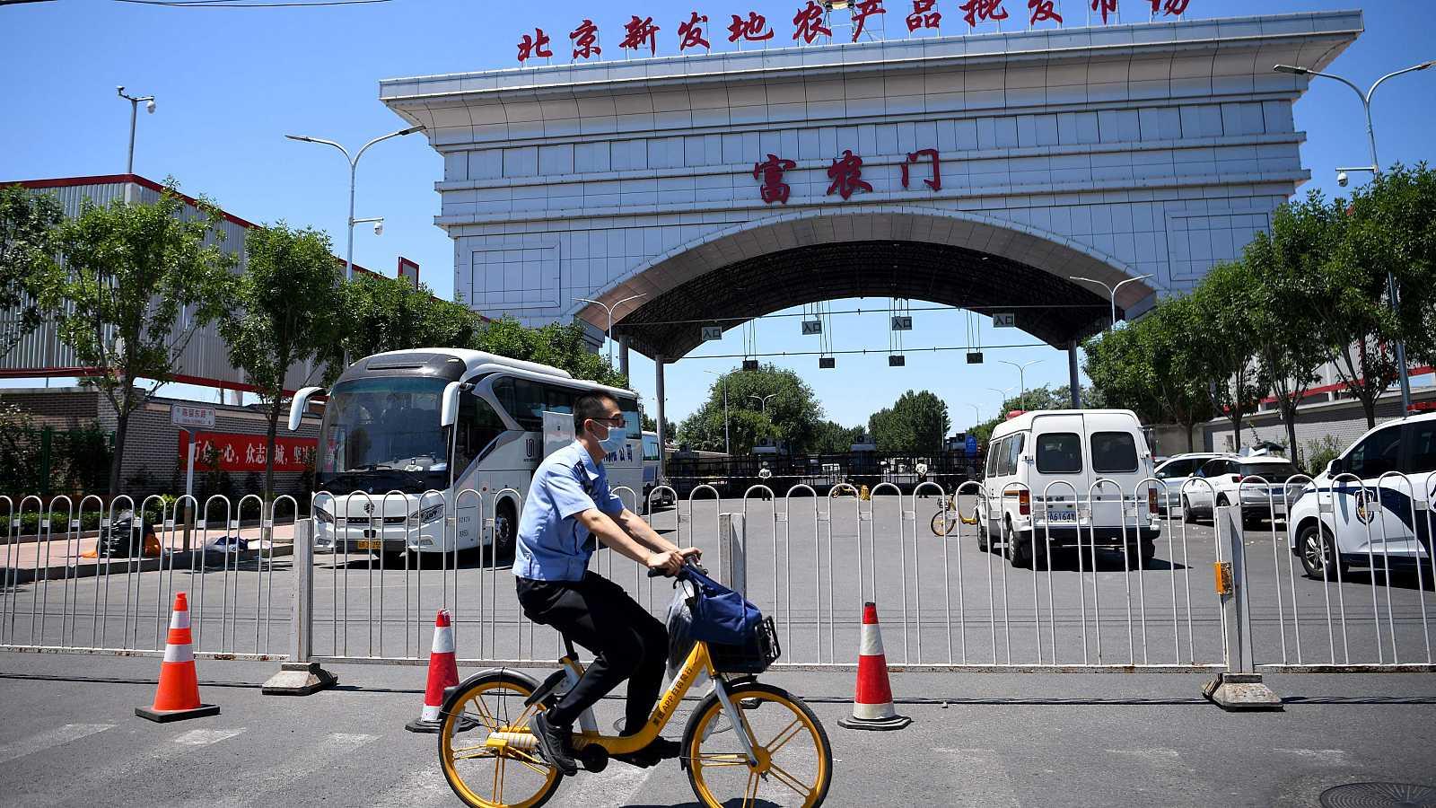 En Pekín, se ha detectado hoy 36 nuevos contagios de coronavirus. La capital china está sufiendo el mayor repunte diario desde que se publican los datos. Los casos están concentrados en un mercado de la capital china, que el sábado tuvo que cerrar.
