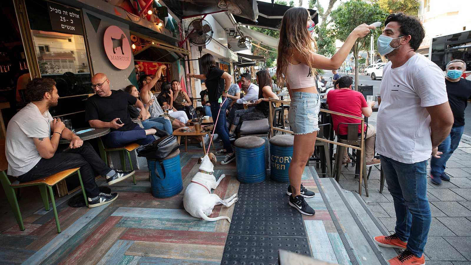 Con una media de cien nuevos positivos de coronavirus al día, los israelíes tendrán que esperar para completar su desescalada. Se vuelve a retrasar la reapertura de cines, teatros y salas de conciertos en ciudades como Jerusalén o Tel-Aviv.