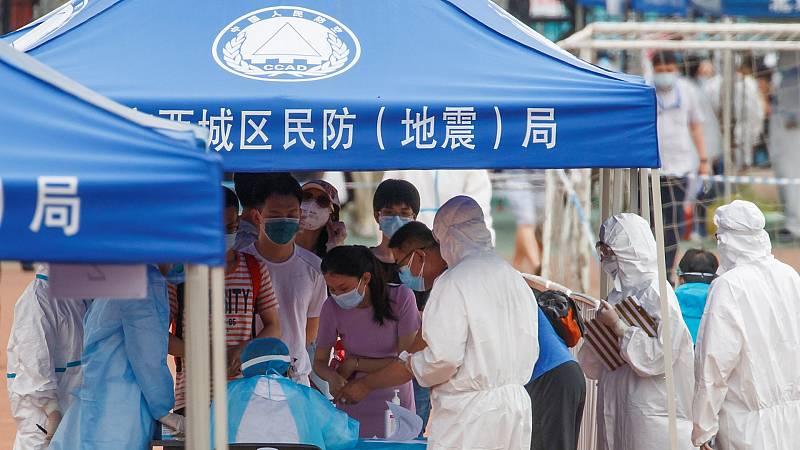 Pekín investiga un nuevo brote de coronavirus que relaciona con el salmón importado