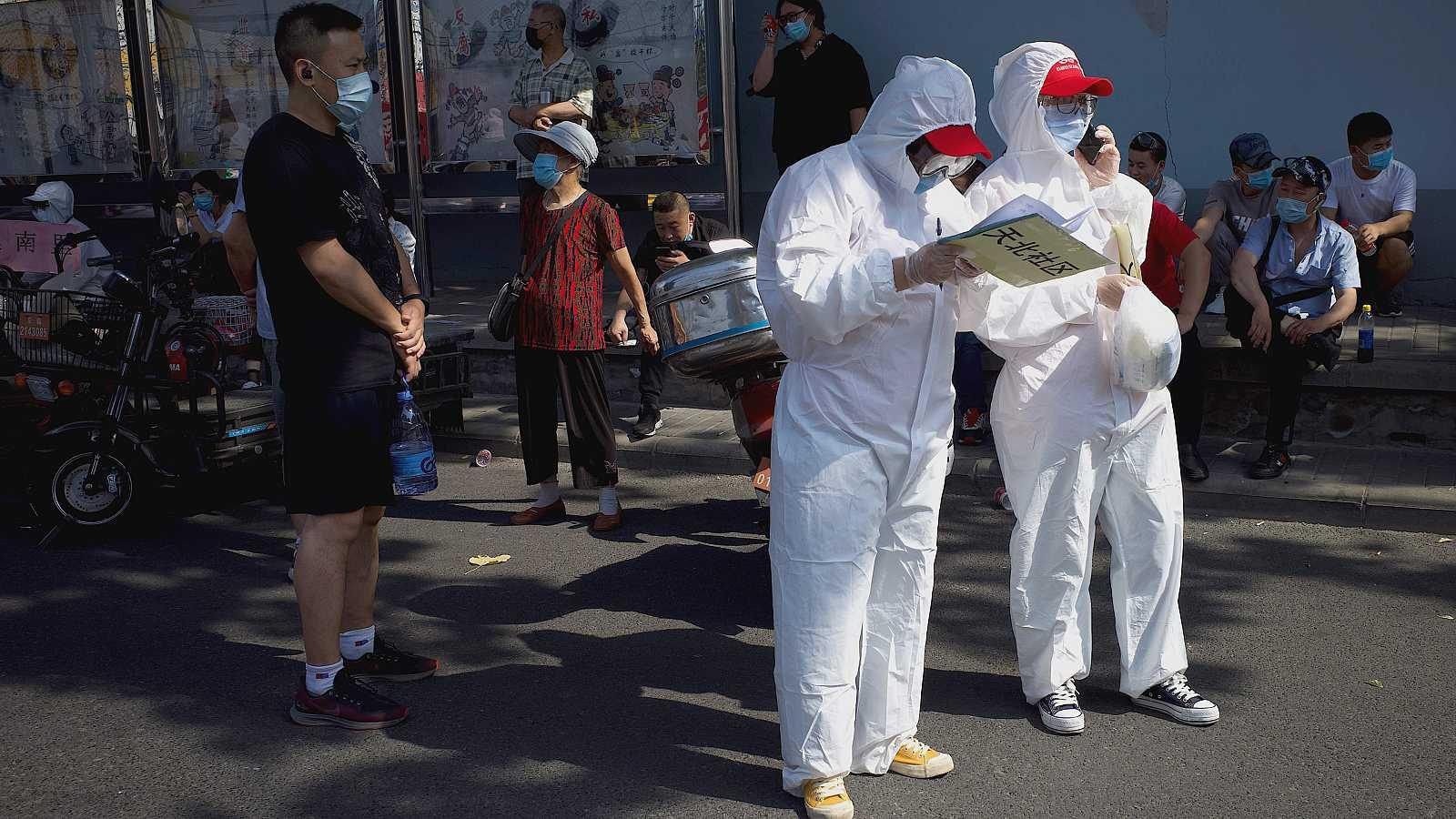 """El Gobierno municipal pequinés ha anunciado este lunes que la capital china está en """"guerra"""" contra el coronavirus tras detectar un nuevo brote en su principal mercado mayorista de alimentación, que ha causado ya más de 106 nuevos casos confirmados e"""