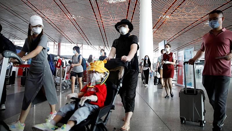 Pekín cancela más de un millar de vuelos y vuelve a cerrar los colegios tras el rebrote de coronavirus
