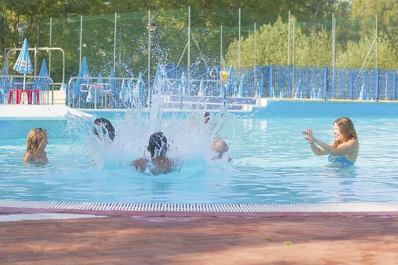 Las piscinas de Barcelona abren sus puertas bajo estrictas medidas de seguridad