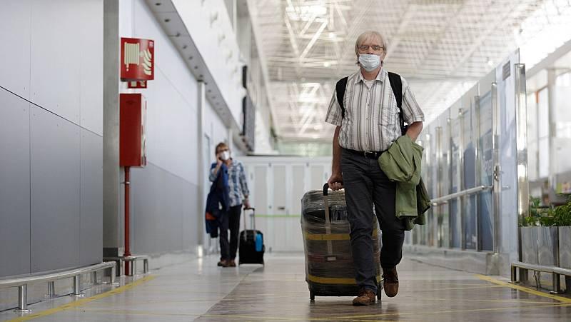 """Ildefonso Hernández, epidemiólogo, sobre realizar más controles a los turistas: """"Un cribado triple es suficiente para los países que tienen una incidencia similar a la nuestra"""""""
