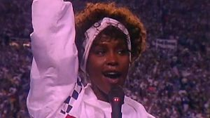 Whitney Houston canta el himno americano en la Super Bowl