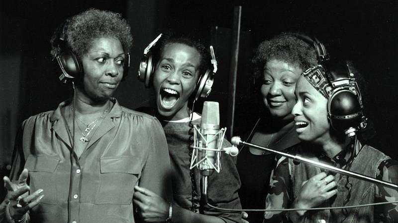 Whitney Houston: del coro de la iglesia y clubs de jazz a la fama mundial