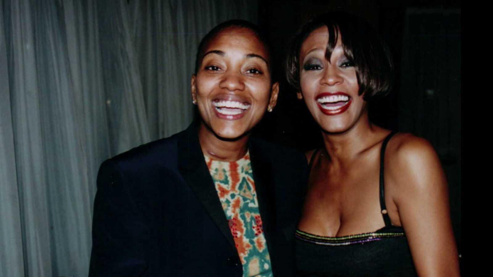 Whitney Houston tuvo una relación lésbica con su mejor amiga, Robyn Crawford