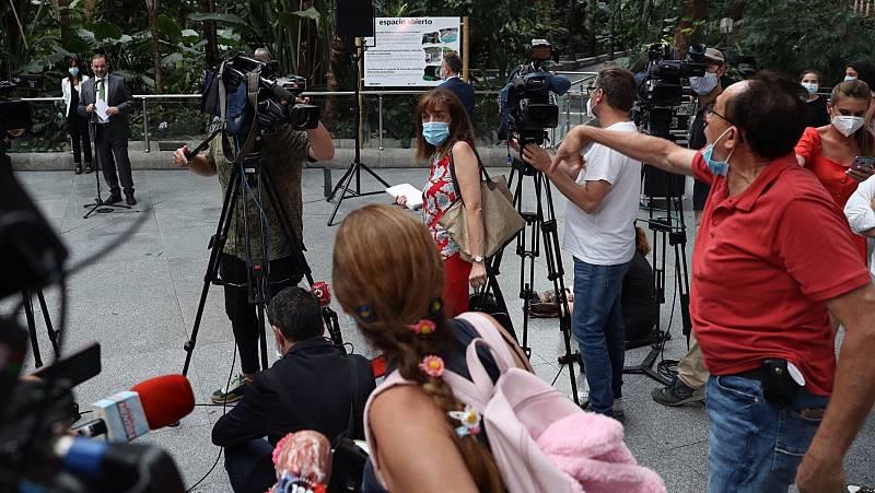 Dos comerciantes protestan durante la visita de Ábalos a Atocha por el cobro del alquiler de sus negocios