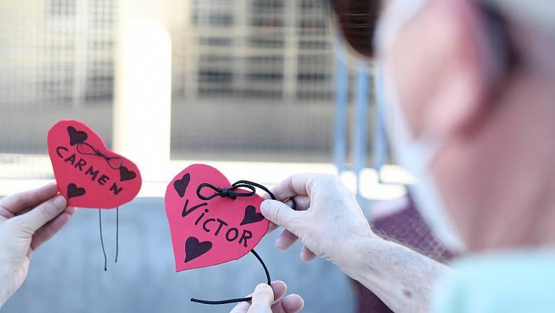Familiares rinden homenaje a los 85 mayores muertos con coronavirus en una residencia de Madrid