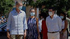 Los reyes visitan Sevilla y recorren uno de los barrios más pobres de España