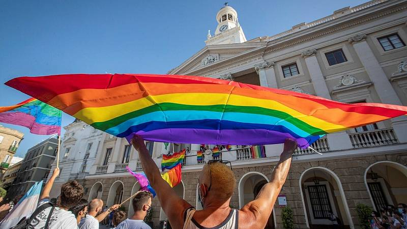 La polémica llega al Orgullo: las instituciones sortean la prohibición del Supremo para izar la bandera arcoíris