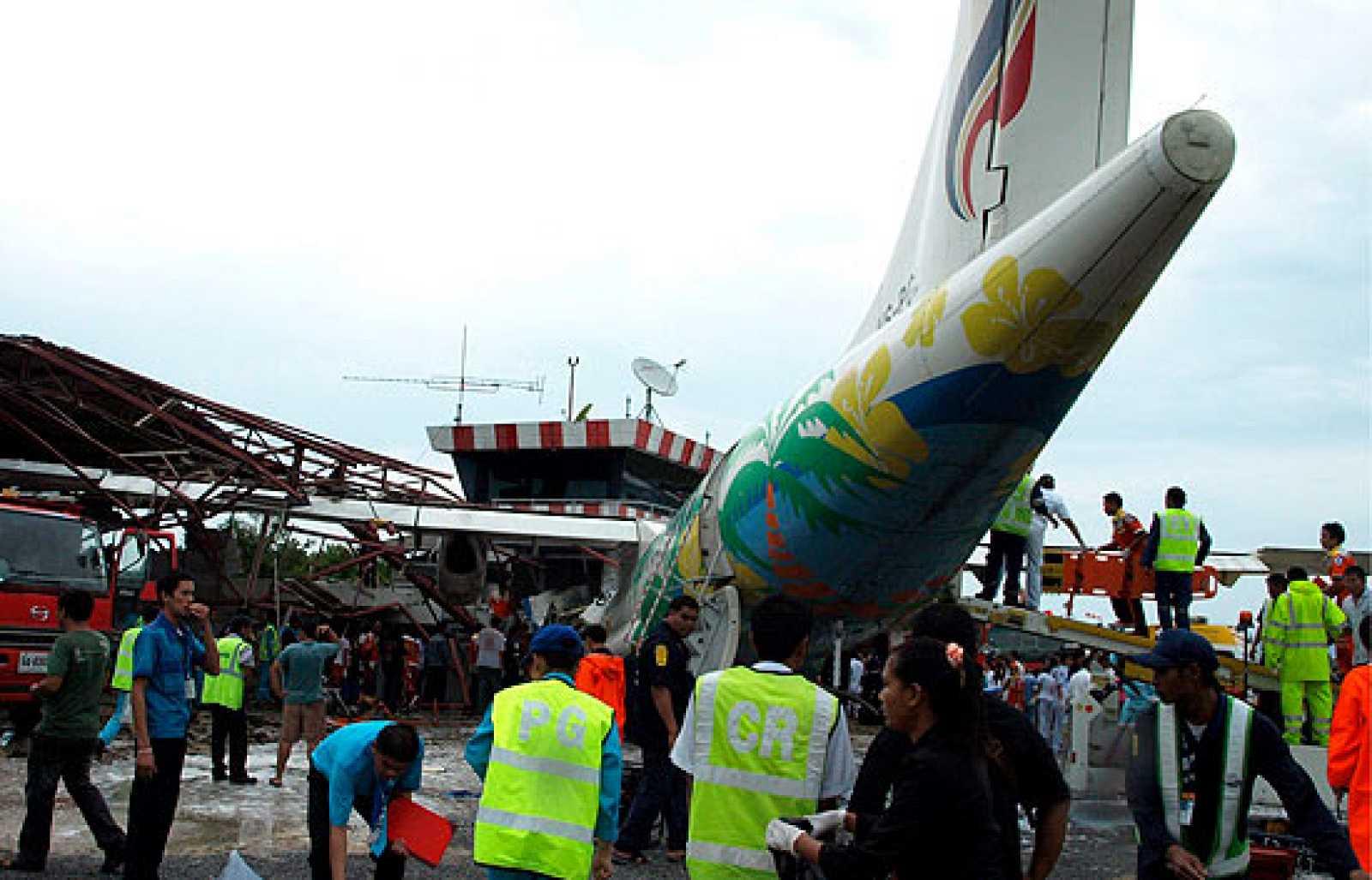 El piloto de un avión de Bangkok Airlines ha fallecido y unas cuarenta personas han resultado heridas al estrellarse el aparato contra la torre de control del aeropuerto de la turística isla de Koh Samui.
