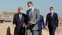 El rey y Sánchez pasean con sus homólogos portugueses en la Alcazaba mientras se escuchan consignas republicanas y vivas al rey