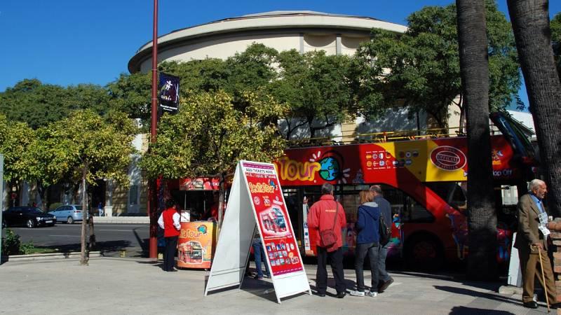 Los autobuses turísticos regresan a las calles de Sevilla y Málaga tras la pandemia
