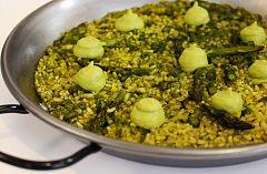 Arroz verde con trigueros y espinacas