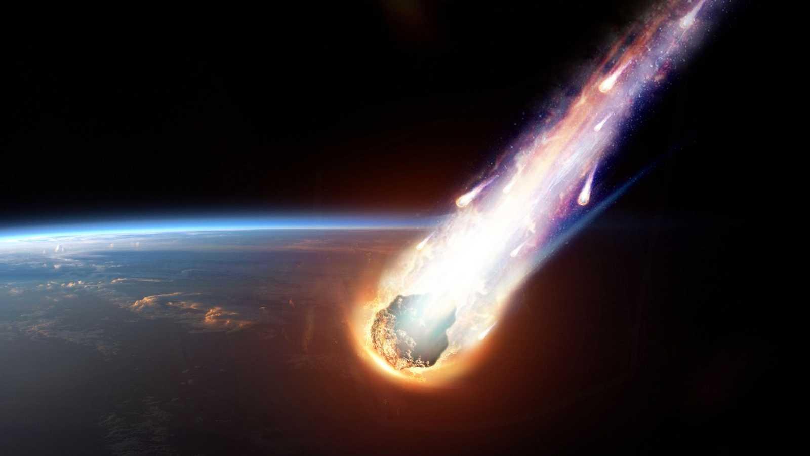 Una roca de un asteroide impacta contra la atmósfera y genera una gran bola de fuego tan brillante como la luna llena