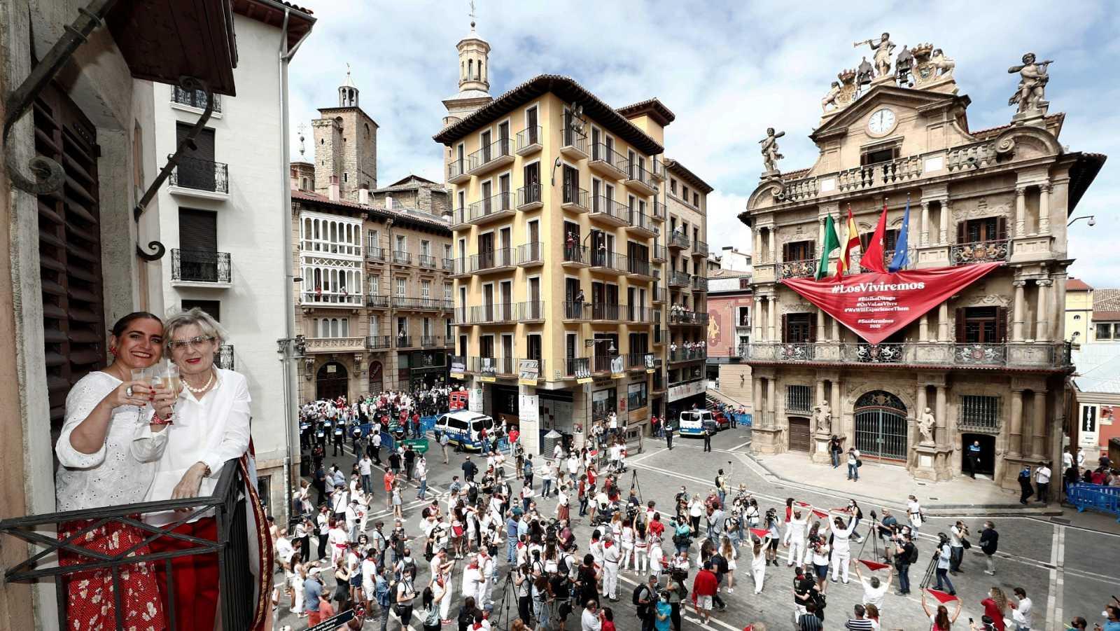 Pamplona cuelga un pañuelo rojo en lugar del chupinazo