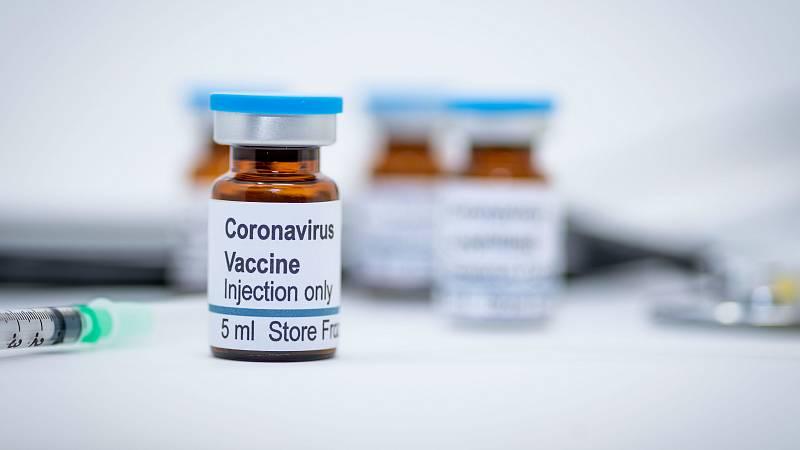 Oxford lidera la carrera en la vacuna contra el COVID-19