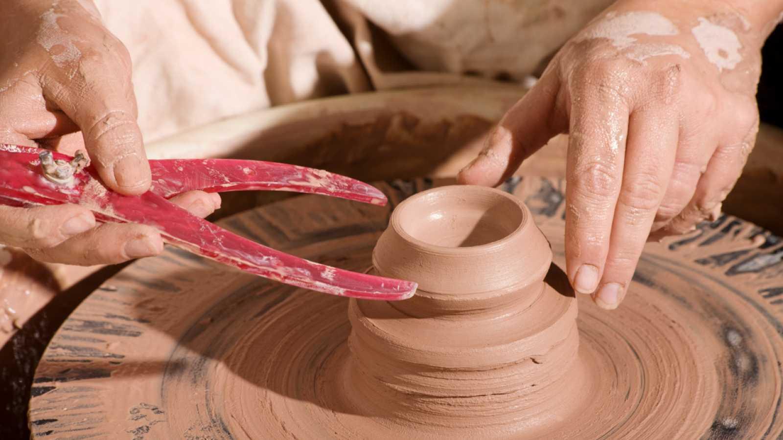 Aquí la Tierra - Visitamos una alfarería segoviana: nos enseñan a hacer bandejas de arcilla
