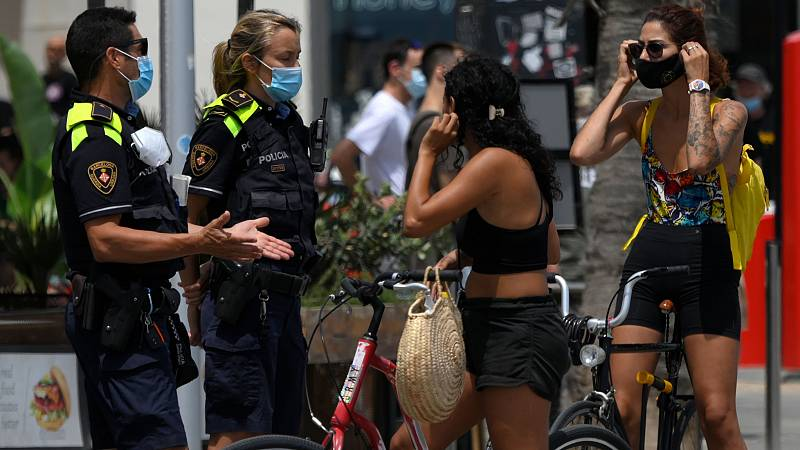 Dudas e incomodidades en el primer día de mascarilla obligatoria en Cataluña
