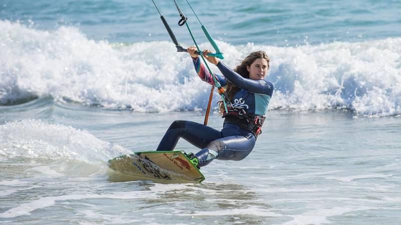 Vídeo: Vuelve el kite surf en Cuenca con Gisela Pulido como estrella