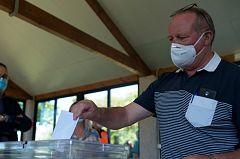 Mascarillas, distancias e inquietud: Así votarán vascos y gallegos en un 12J insólito por la pandemia