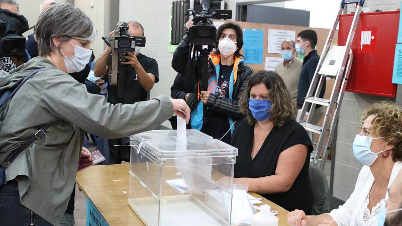 Abren los colegios electorales en Galicia y País Vasco