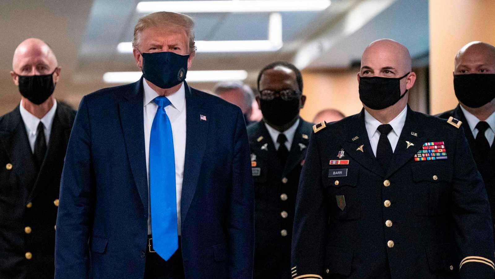 Donald Trump aparece por primera vez en público llevando mascarilla