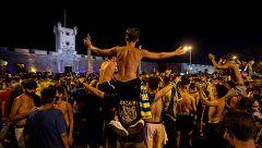 La afición del Cádiz celebra la vuelta a Primera sin distanciamiento social