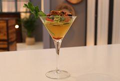 Gelatina de tomate y azafrán con ensalada de pepino y mejillones