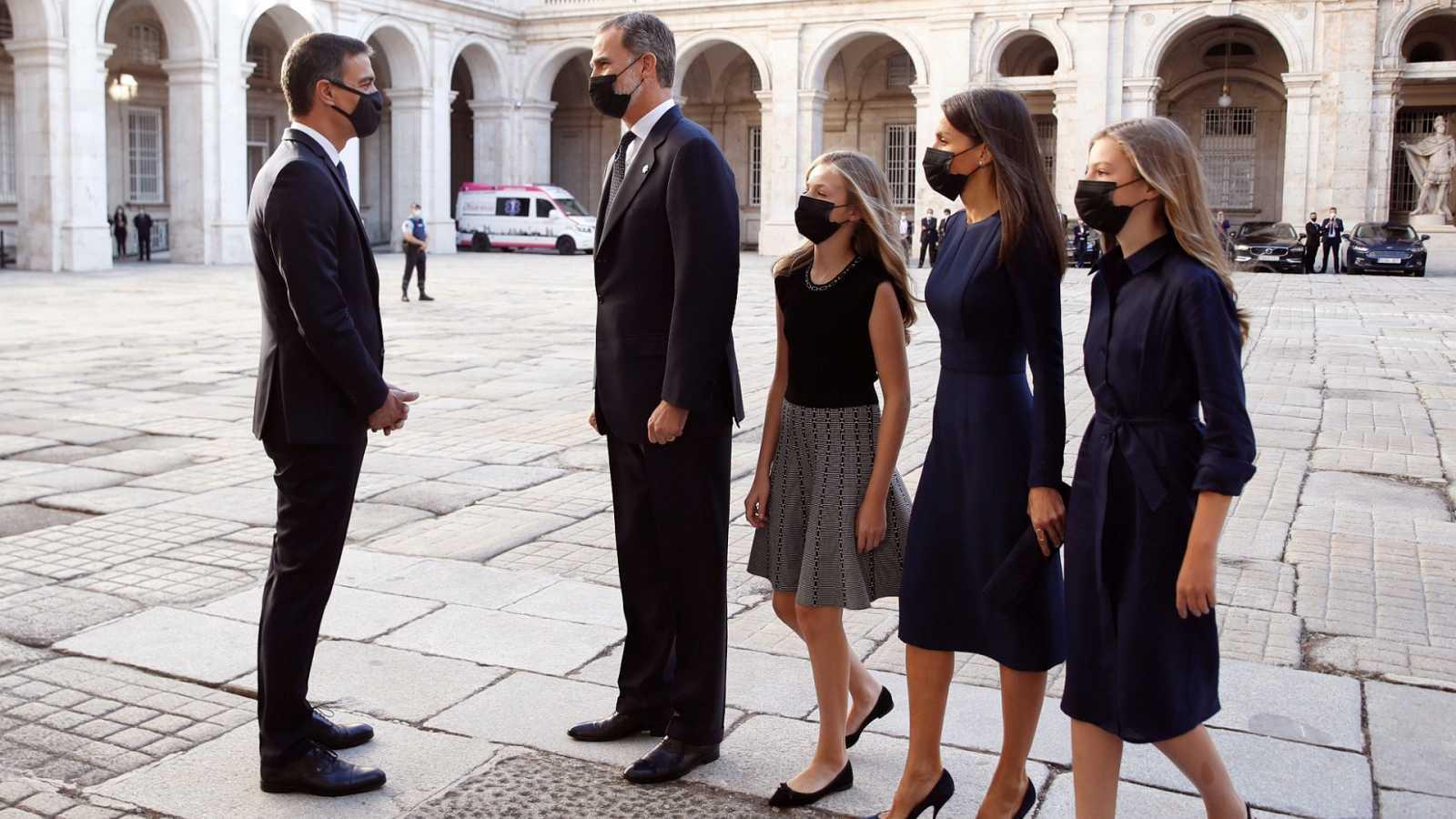 Los reyes llegan acompañados por sus hijas al acto del Homenaje de ...