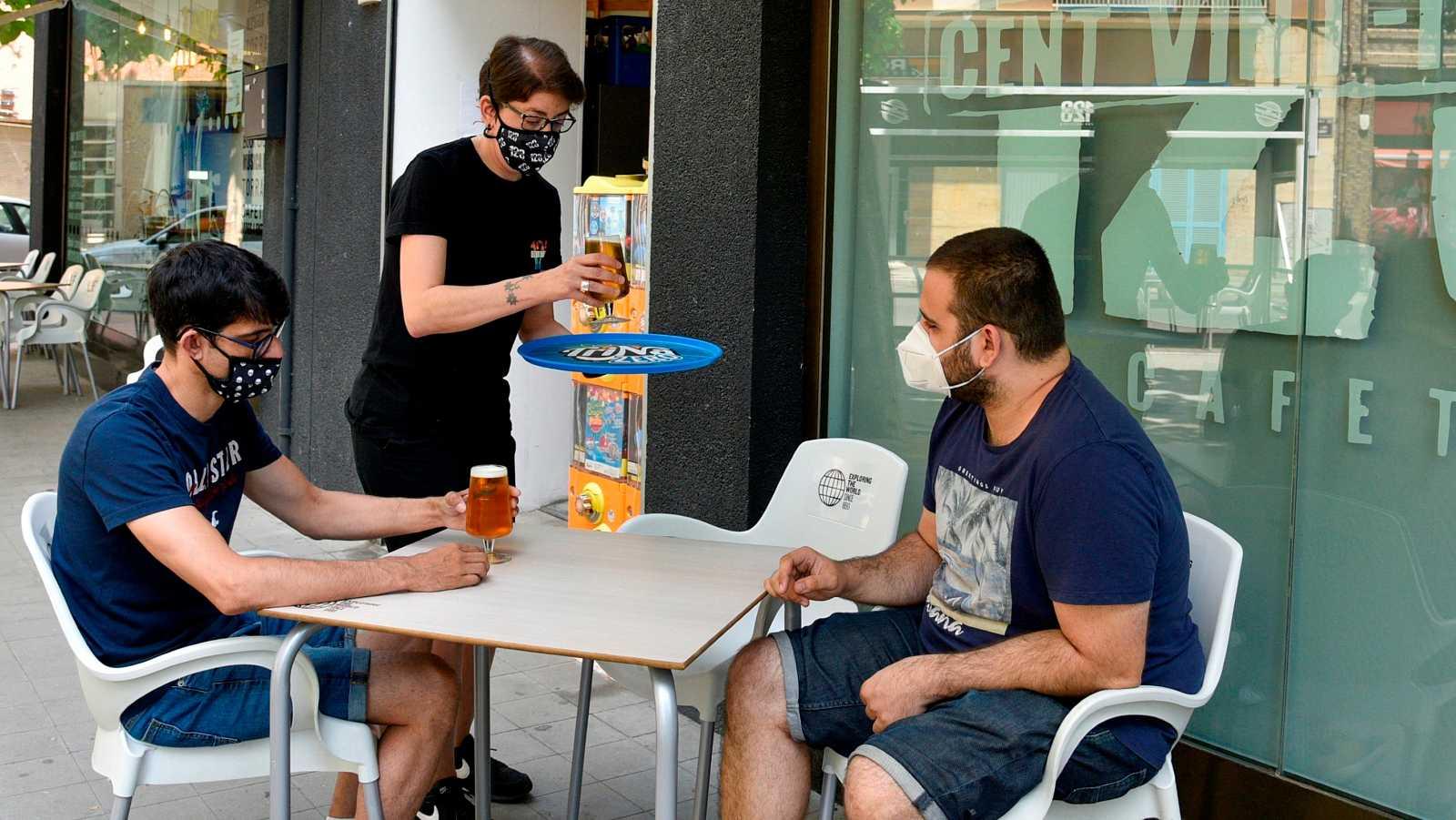 Vecinos y comerciantes de Barcelona se resignan ante las restricciones para frenar el coronavirus