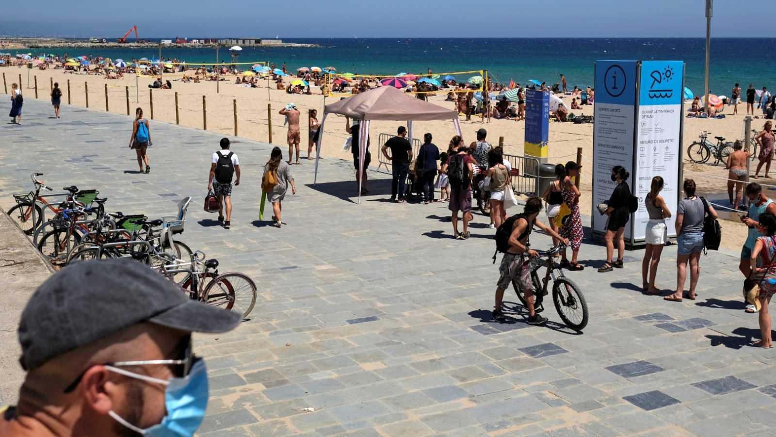 Cataluña suma casi mil nuevos contagios y amplía las restricciones