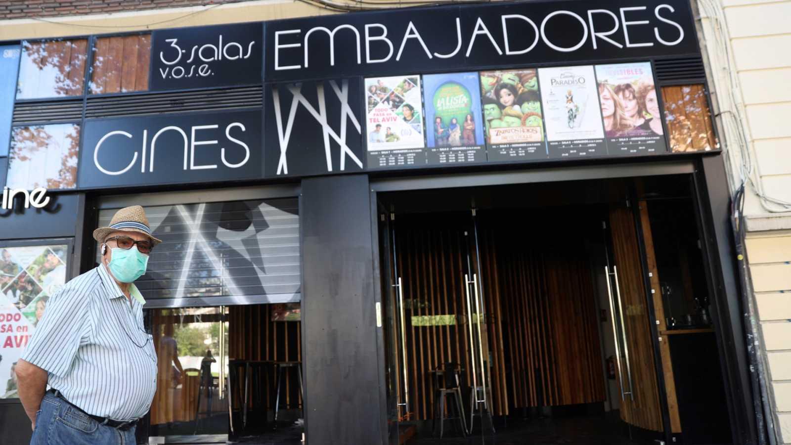 Las salas de cine intentan sobreponerse a la pandemia de coronavirus