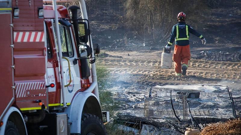 El fuego arrasa dos poblados chabolistas en Lepe