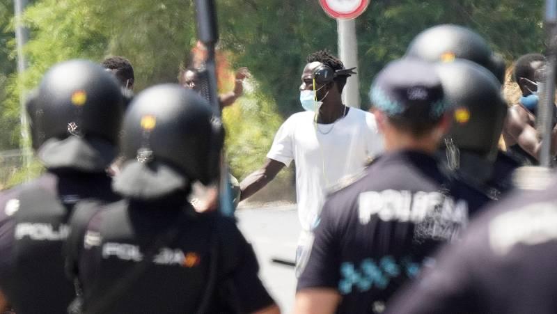 Los temporeros confinados en Albacete se enfrentan a la policía y denuncian falta de información